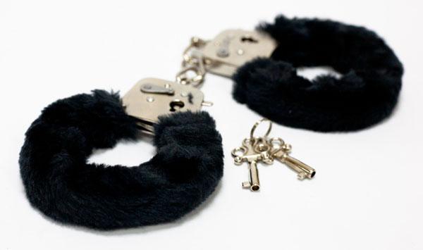 Меховые черные наручники с ключами - фото 313141