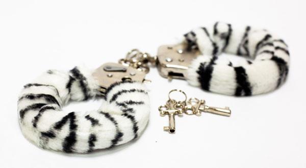 Меховые наручники с окраской под зебру - фото 129227