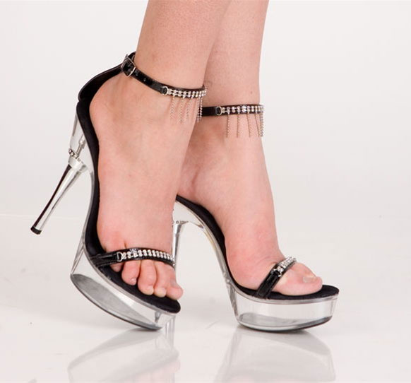 Черные туфли со стразами и ремешком вокруг ноги