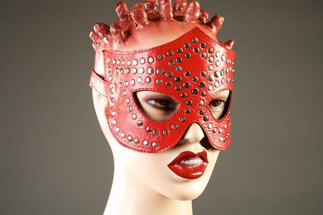 Красная маска-очки с фурнитурой в виде заклепок - фото 5395