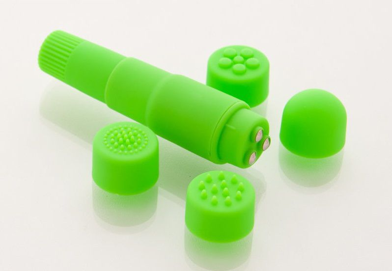 Компактный зеленый вибромассажер с 4 насадками - фото 312131