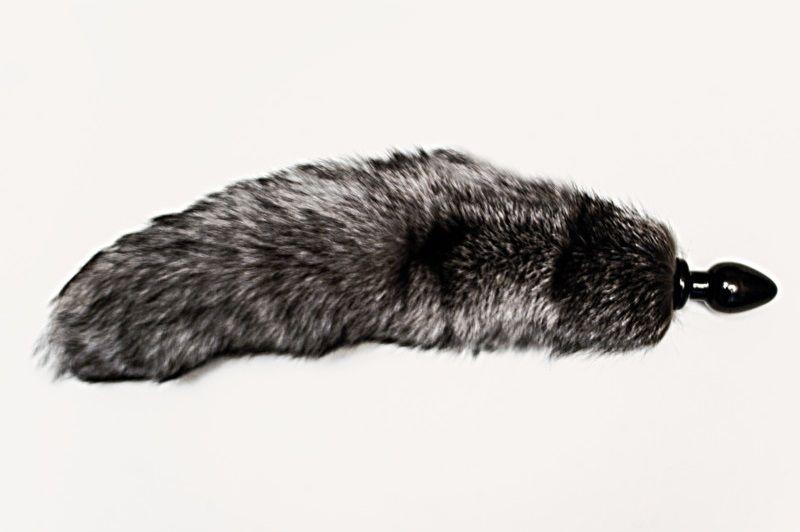 Анальная пробка черного цвета с серым лисьим хвостом - фото 711881