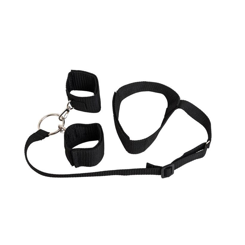 Черный ошейник с длинной лентой и отстегивающимися наручниками