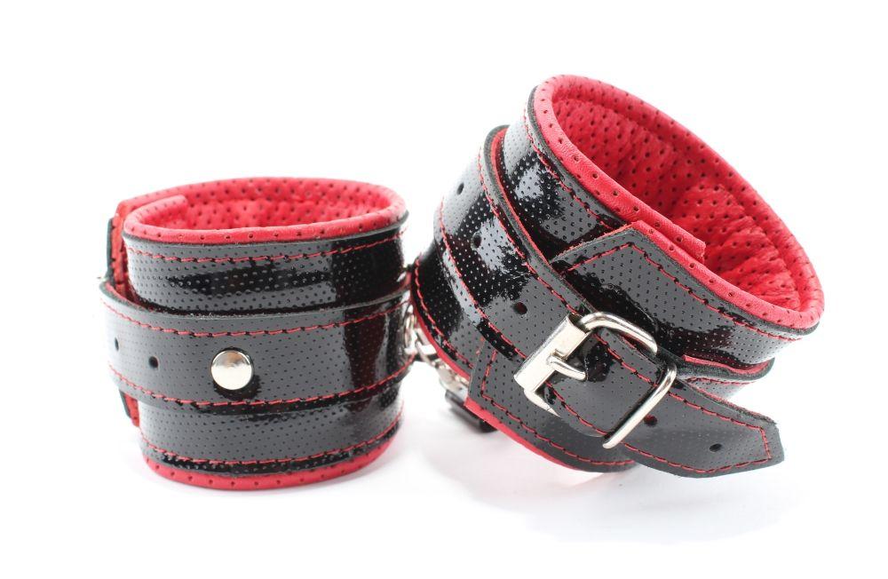 Лаковые чёрно-красные перфорированные наручники