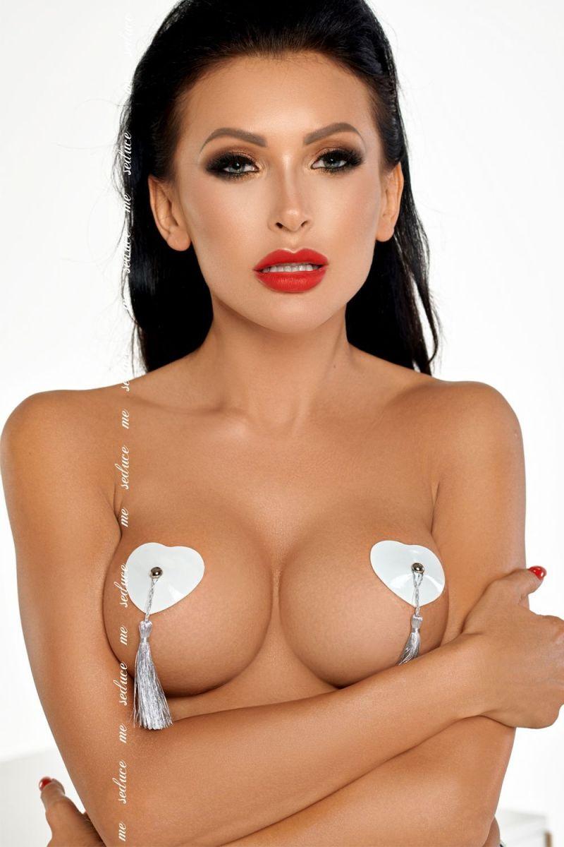 Игривые белые пэстис в форме сердечек с серебристыми кисточками