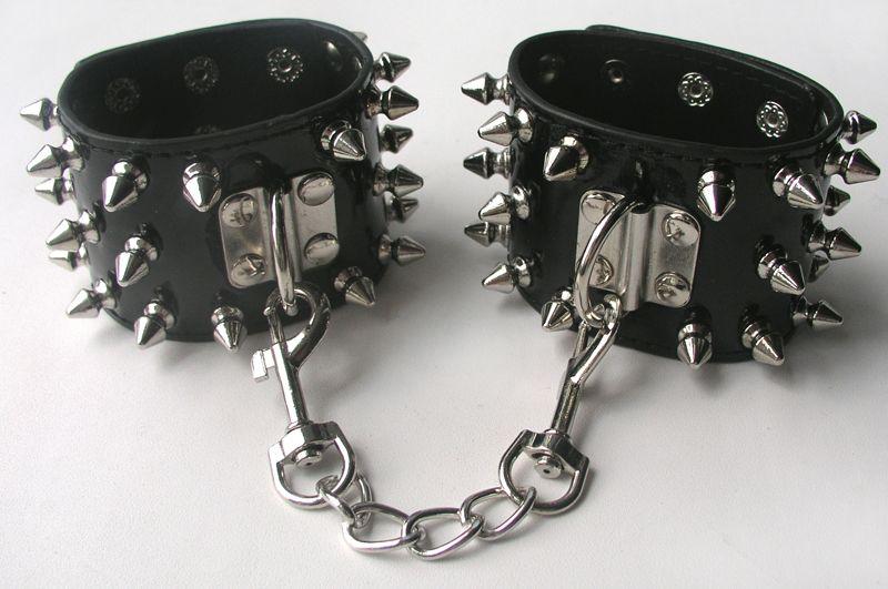 Черные наручники с металлическими шипами