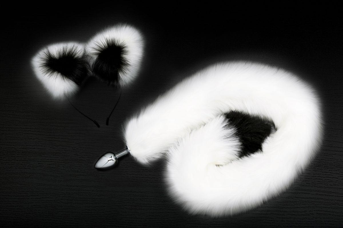 Серебристая анальная пробка с бело-черным хвостиком и ободком-ушками