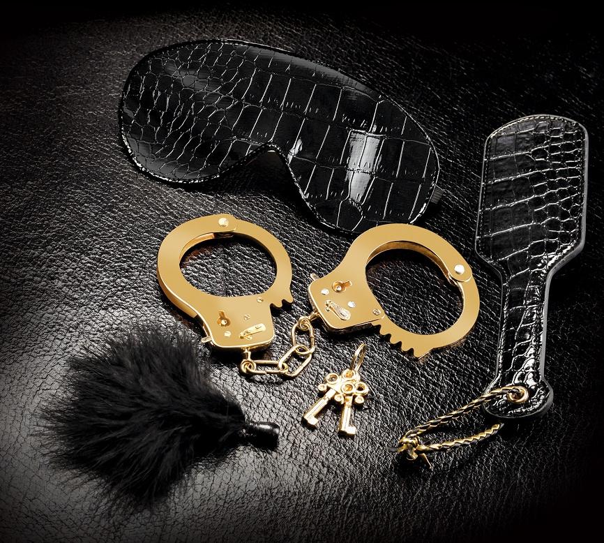 Набор Beginners Fantasy Kit из наручников, пуховки, маски и шлепалки - фото 137474