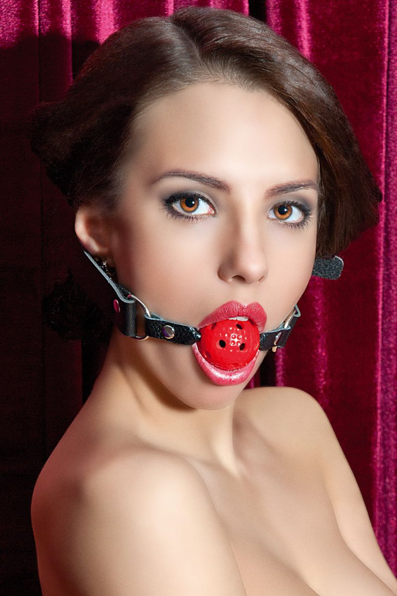Красный пластиковый кляп-шар на чёрных кожаных ремешках - фото 137846