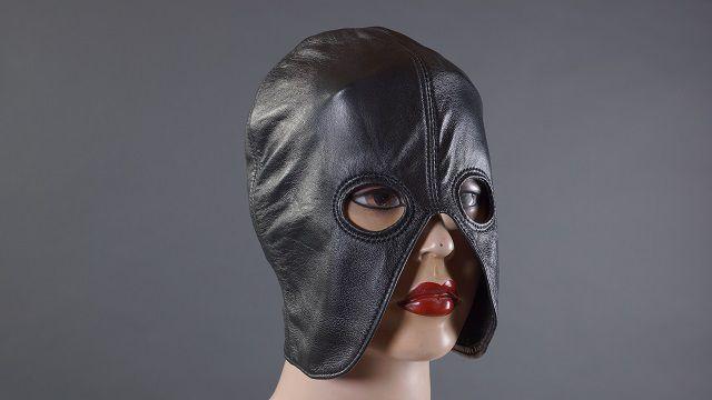 Чёрный кожаный полушлем с прорезями для глаз