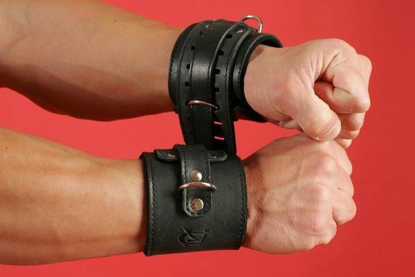 Широкие наручники без пряжки