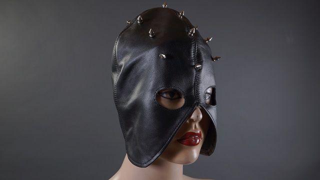 Декорированный шипами чёрный полушлем - фото 454619