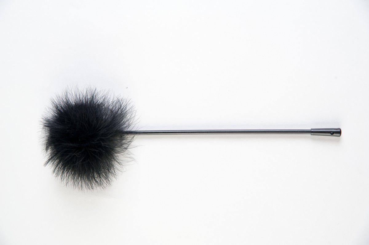 Чёрная щекоталка из пластика с пушком на кончике - фото 138061