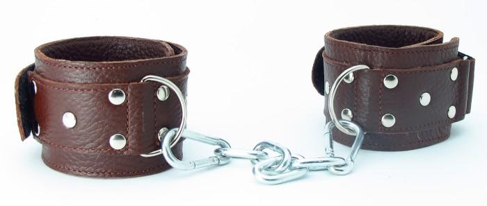 Коричневые кожаные оковы с клепками - фото 456106