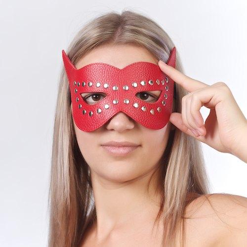 Красная маска на глаза с разрезами и заклепками - фото 140351