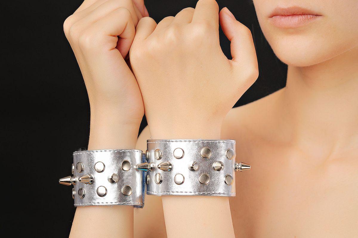 Серебристые напульсники с шипами