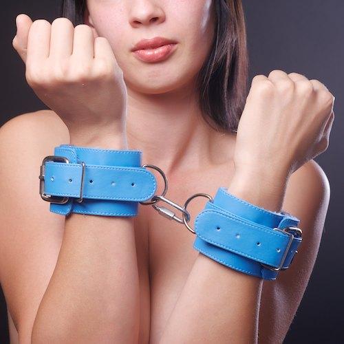 Голубые наручники на мягкой меховой подкладке - фото 140368