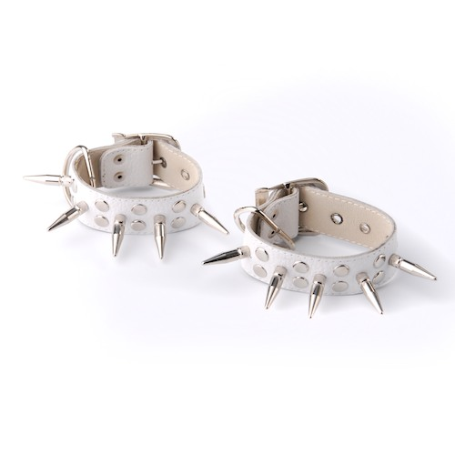 Кожаные белые наручники с шипами и заклепками - фото 140375