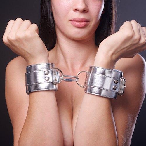 Серебристые наручники с коротким ремешком - фото 140389