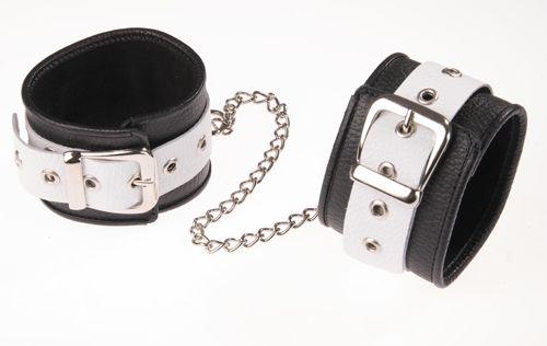 Черно-белые оковы на ноги - фото 140491
