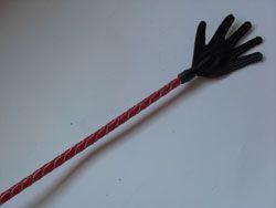 Короткий красный плетеный стек с наконечником-ладошкой - 70 см. - фото 1660724