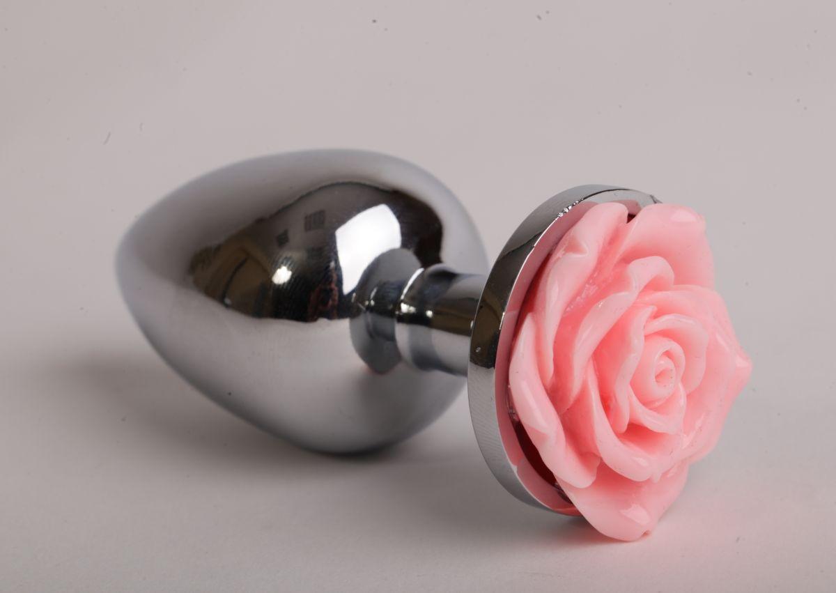 Серебристая анальная пробка со светло-розовой розочкой - 8 см.