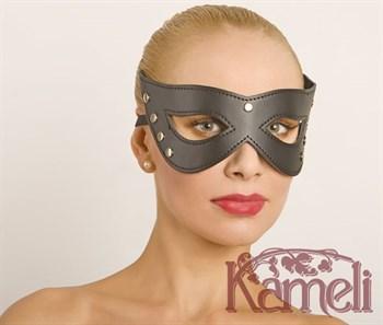 Проклёпанная кожаная маска с красивыми вырезами для глаз