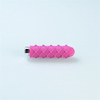 Розовый вибромассажер с рельефной поверхностью серии Charms Lace - Raspberry Pink