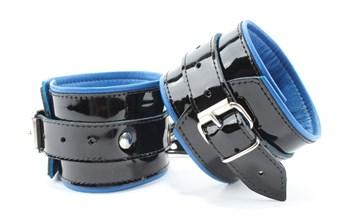 Чёрные лаковые наручники с синим подкладом