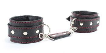 Черные оковы на ноги с красной строчкой