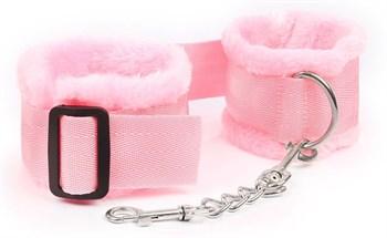 Розовые меховые наручники на регулируемых черных пряжках