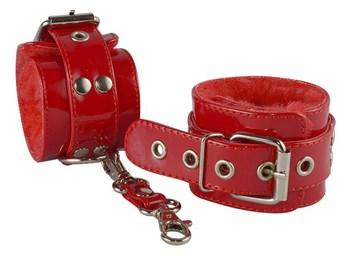Красные лаковые наручники с меховой отделкой