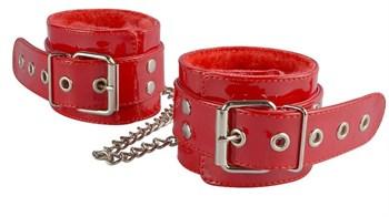 Красные лаковые оковы с меховой отделкой