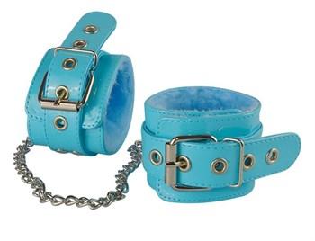 Голубые лаковые оковы с меховой отделкой