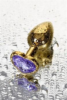 Золотистая анальная втулка с фиолетовым кристаллом-сердечком - 7 см.