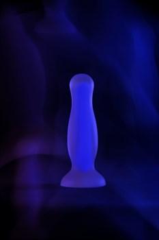 Голубая, светящаяся в темноте анальная втулка Kyle Glow - 10 см.
