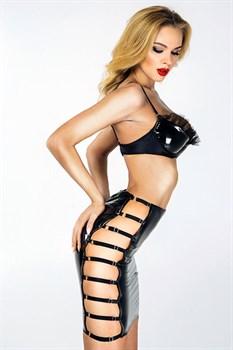 Лакированная юбка с перемычками по бокам