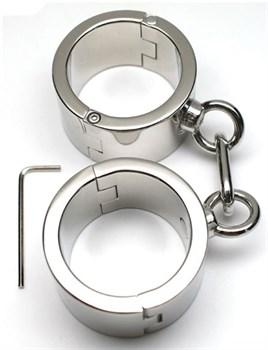 Серебристые металлические гладкие наручники