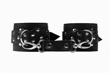Черные наручники с фиксацией на двух карабинах