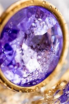 Золотистая анальная втулка с фиолетовым стразом - 7 см.