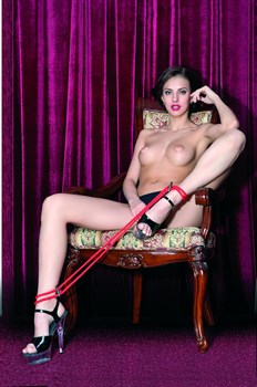 Красные верёвочные оковы на ноги