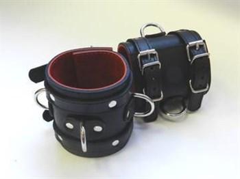 Широкие подшитые наручники с 2 ремешками, 3 D-кольцами и красной изнанкой