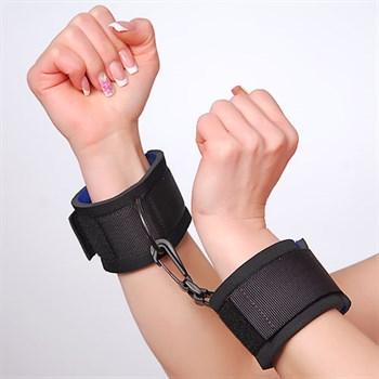 Чёрные наручники с застежками на липучках