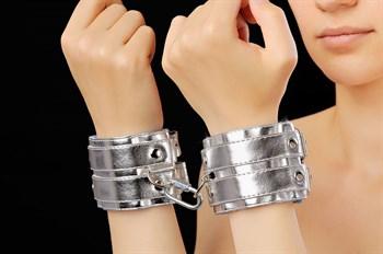 Серебристые наручники с коротким ремешком и никелированной фурнитурой