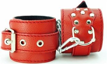 Красные кожаные наручники с клепками