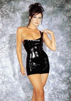 Латексное мини-платье с открытым плечиком