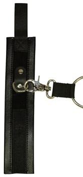Чёрная бондажная фиксация: крестовина, наручники и оковы