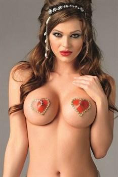 Красные пэстисы в виде сердечек с золотистой каймой