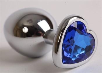 Серебристая анальная пробка с синим стразиком-сердечком - 8,2 см.