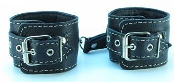 Чёрные кожаные наручники с крупной строчкой
